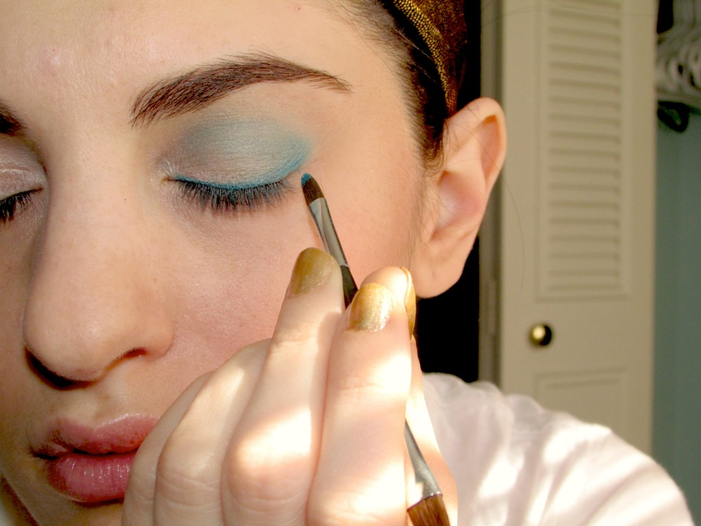 how to wear blue eyeshadow as liner